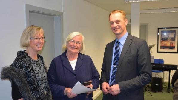 Die Ehrenmedaille des CDU-Kreisverbandes überreichen Petra Nicolaisen (l.) und Johannes Callsen an Barbara Knoth.
